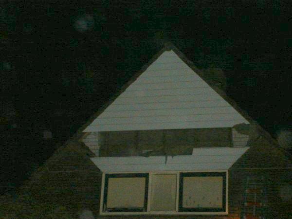 Stuk hout van dak waait weg in Galjoenhof Harlingen