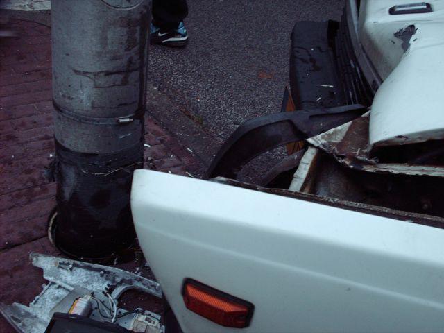 Auto mist bocht en knalt op lantarenpaal