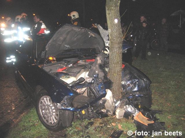 Dronken automobilist rijd tegen boom