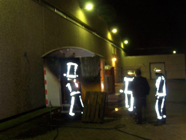 Keet in brand naast Miro center