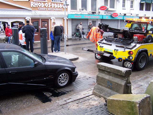 Auto botst op paal Ruiterskwartier