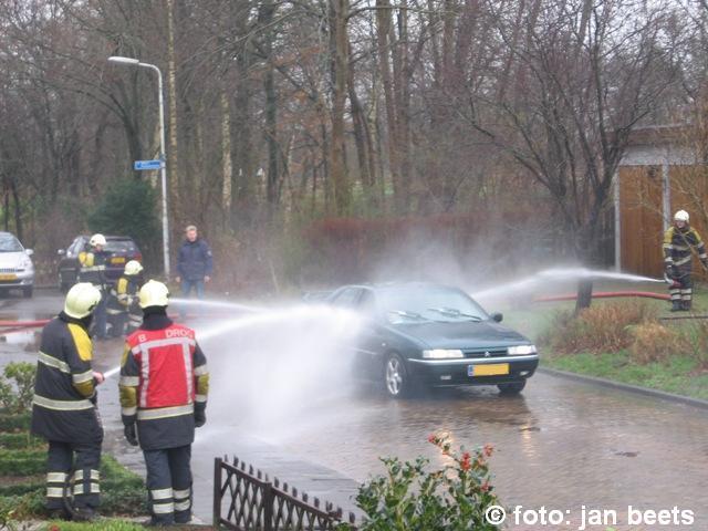 Auto met gastank in brand Kootstertille