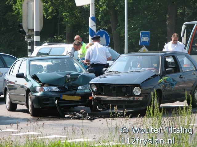 Twee auto's botsen frontaal op elkaar Tytsjerk