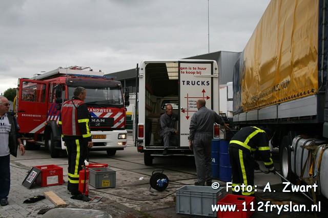 Chauffeur rijdt dieseltank lekop betonblok in Heerenveen