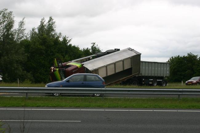 Vrachtwagen kanteld op N31