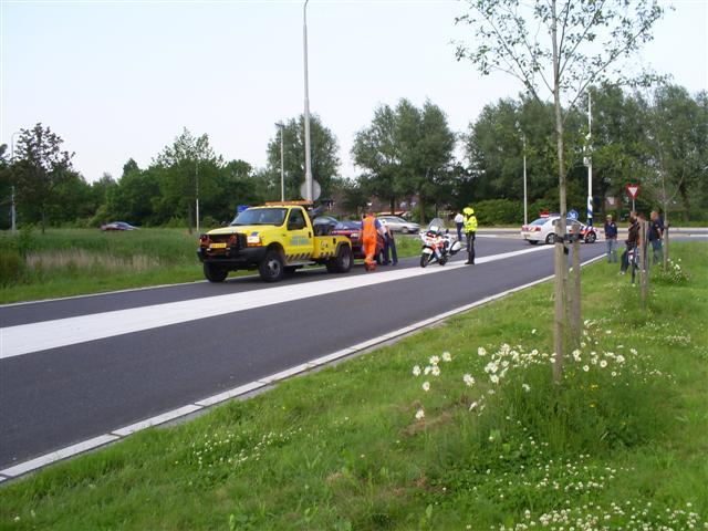 Auto over de kop bij afslag Anne Vondelingweg