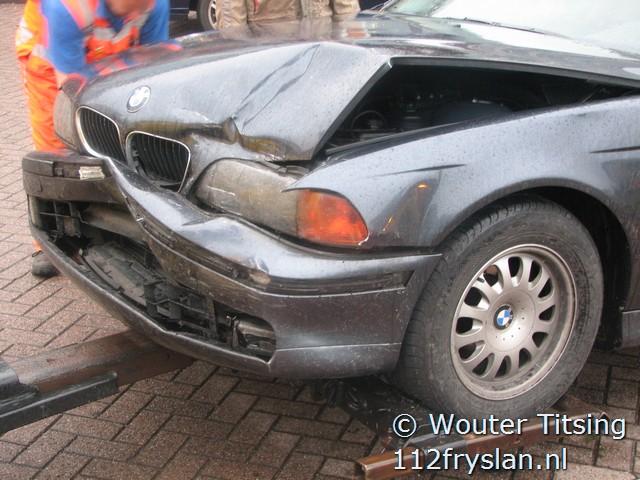 Auto glijdt door na rotonde