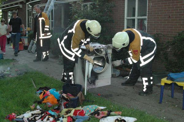 Brandweer Mantgum doet nacontrole bij wasdrogerbrand in Winsum.