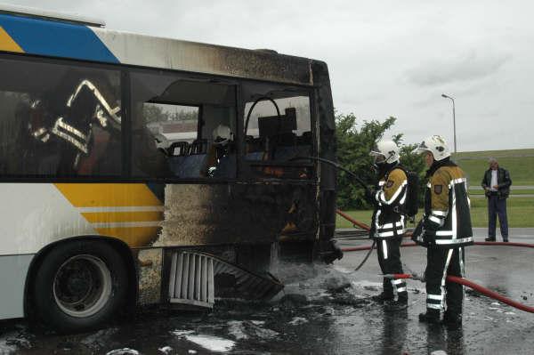 Bus in brand kop afsluitdijk