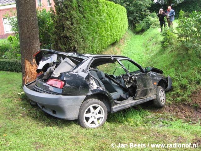Auto tegen de boom in Surhuisterveen