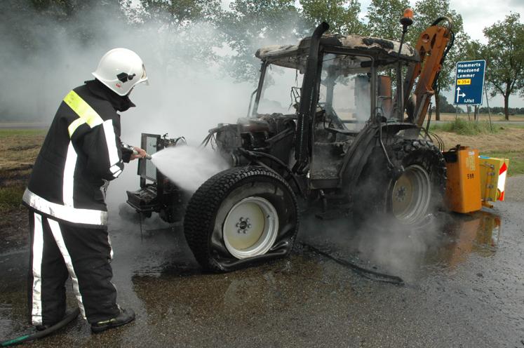 Tractor brandt geheel uit