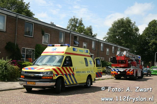 Brandweer assisteerd ambulance met autoladder