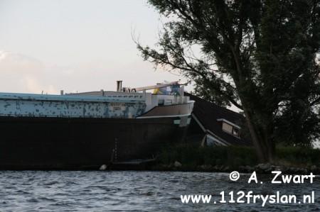 Binnenvaartschip ramt vakantiehuisje Grou
