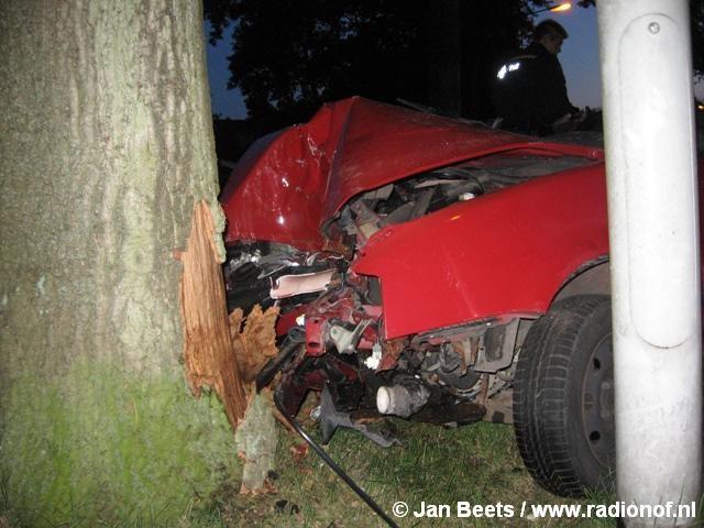 Vrouw gewond bij aanrijding tegen boom