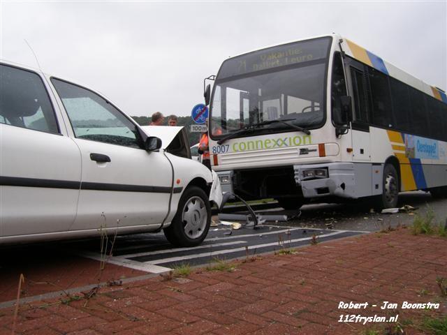 Bus botst frontaal op auto