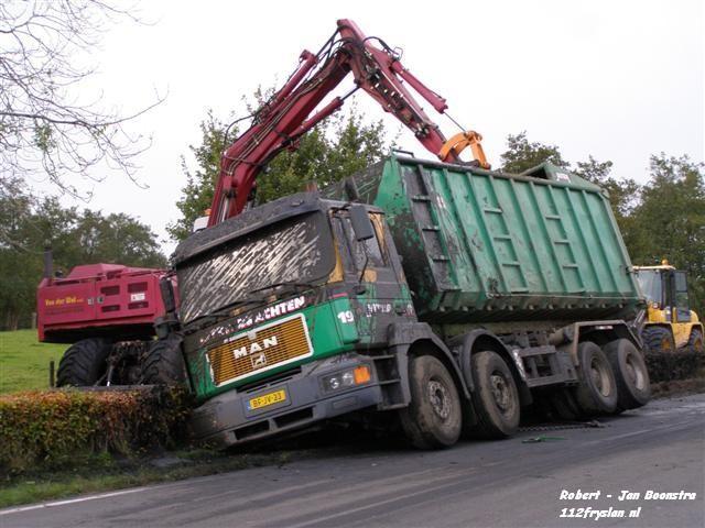 Vrachtwagen gekanteld op Woudweg