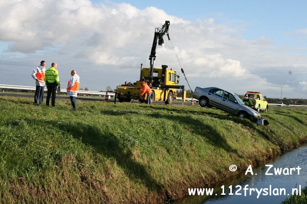 Auto belandt in sloot naast A32 (FILM)