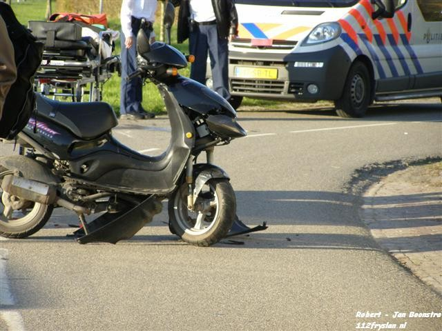 Scooters botsen frontaal op elkaar