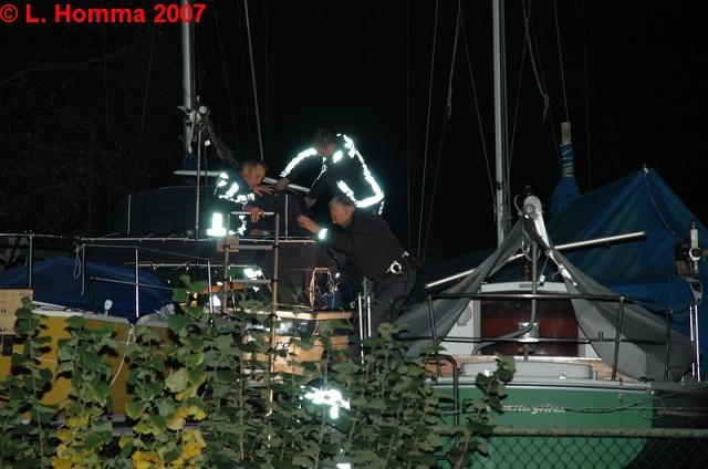 Man valt van boot tijdens werkzaamheden.