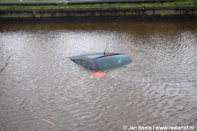 Auto verdwijnt geheel in de Trekvaart te Kollum