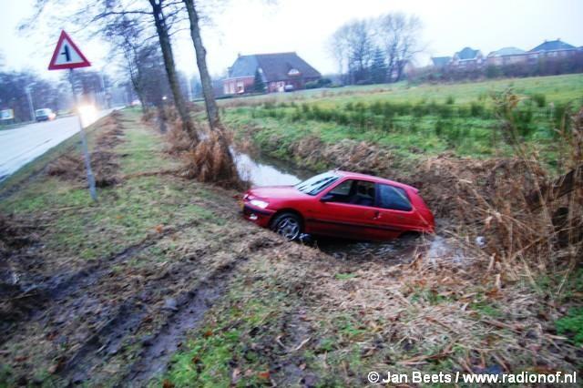 Auto in sloot nabij gemeentehuis Kollum