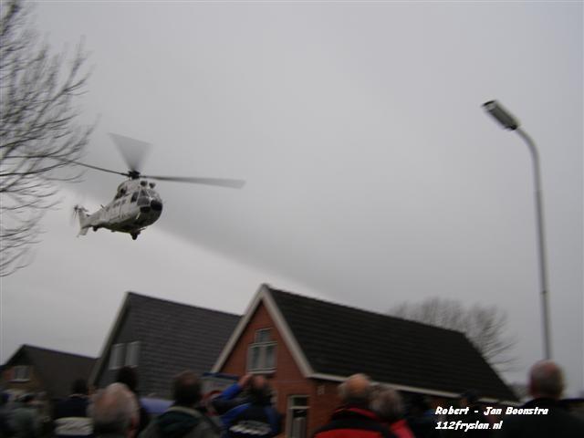 Antenne word door helikopter van mast gehaald