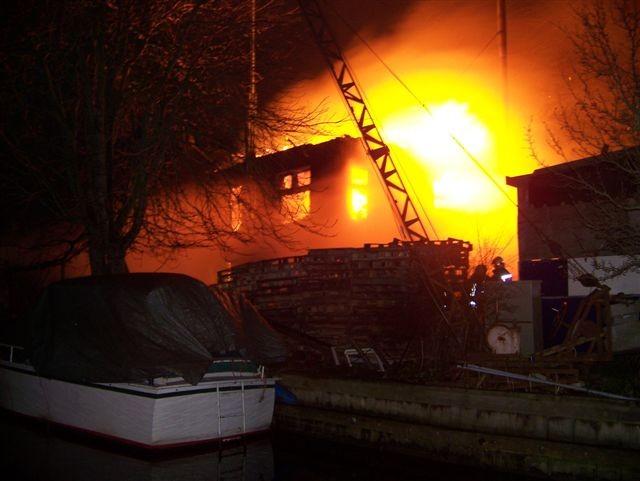 Uitslaande brand verwoest pand Berlikum ( FILM )