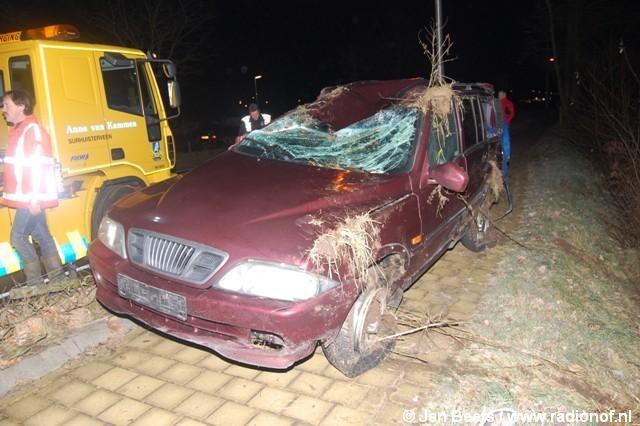 Auto beland in sloot naast Betonwei