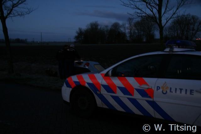 Voertuig in sloot, bestuurder weg (FOTO UPDATE)