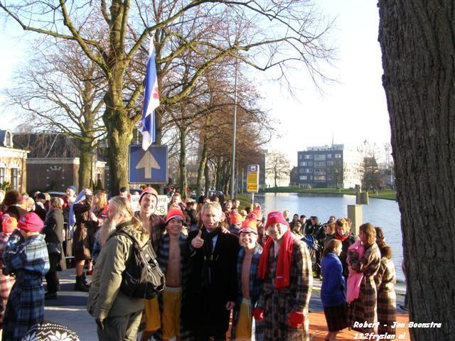 Nieuwjaarsduik in Leeuwader Prinsentuin *Film*