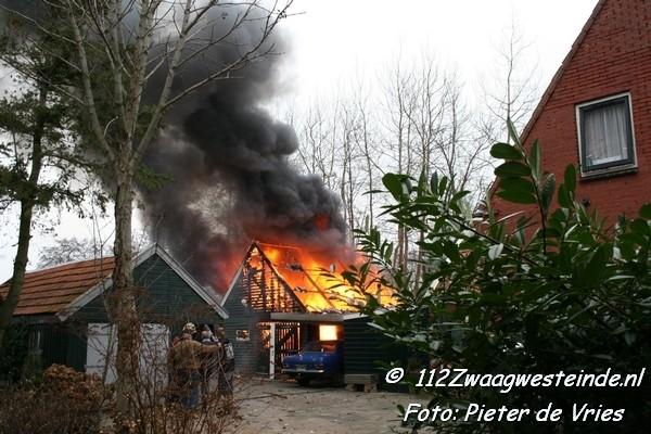 Uitslaande brand in garage bij woning(Film)
