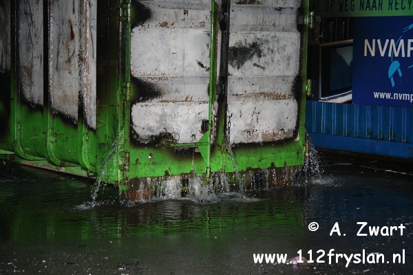 Afvalcontainer Omrin in brand. ( FILM )
