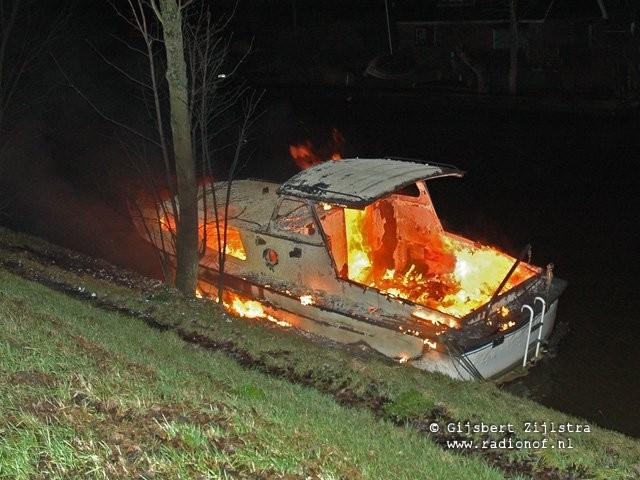 Boot aan de Harddraversdijk in vlammen op