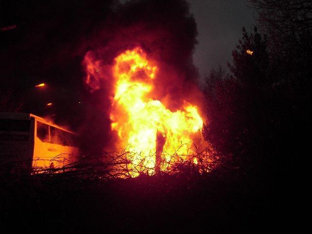 Touringcars en auto's nabij thialf uitgebrand ( FILM )