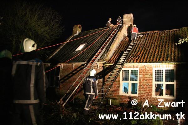 Brandweer in actie voor schoorsteenbrand Jirnsum (FILM online)