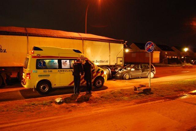 Auto ramt vrachtwagen in Zuiderburen