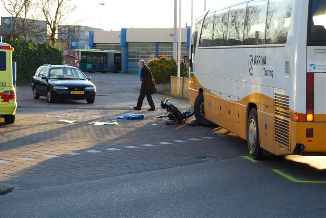 Ongeval bus / bromfiets Snekertrekweg