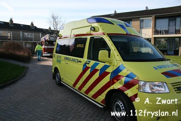 Autoladder assisteert ambulancepersoneel (FILM)