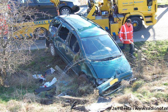 Bestuurder (71) ongedeerd na koprol met auto