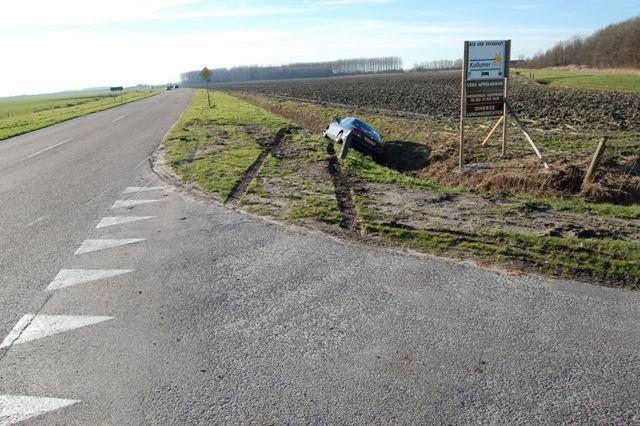 Auto in sloot na uitwijkmanoeuvre op Kwelderweg