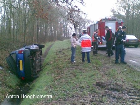 Auto op zijn kant Scharsterbrug