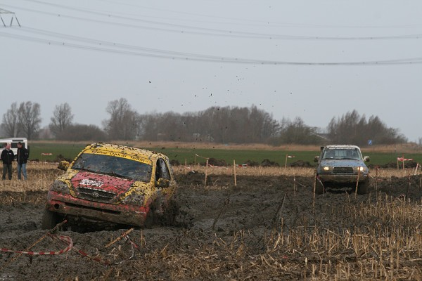4×4 wagen belandt in sloot tijdens nk offroad racing