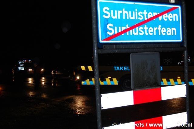 Auto tegen boom in Surhuisterveen
