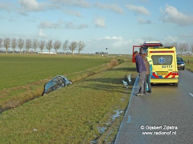 Auto in de sloot nabij Wanswerd