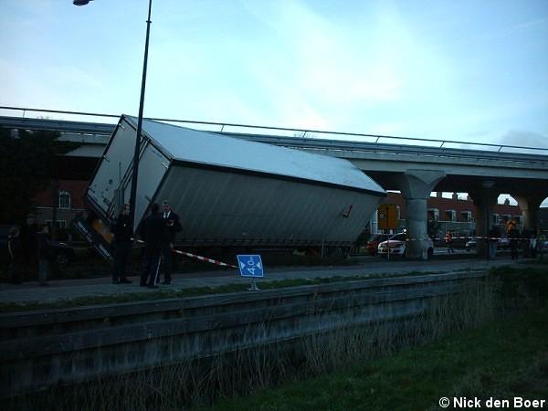 Vrachtauto vast onder viaduct