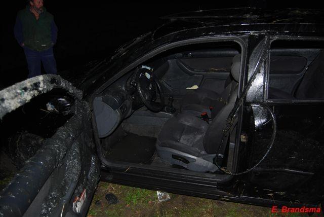 Auto op de kop in de sloot bij Hallum