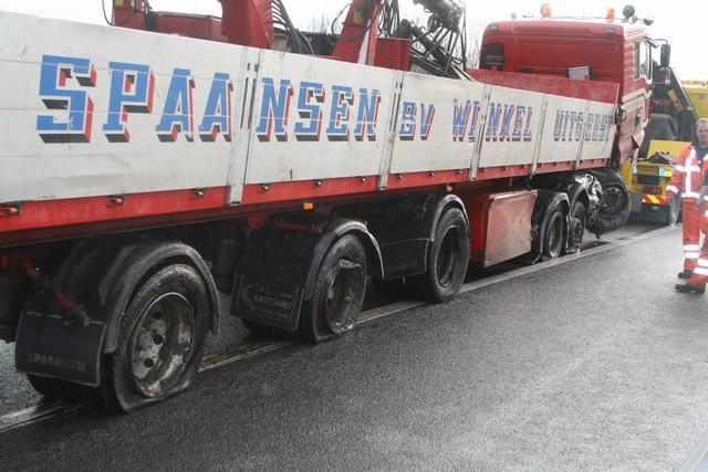 Vrachtwagen zorgt voor ravage op A31