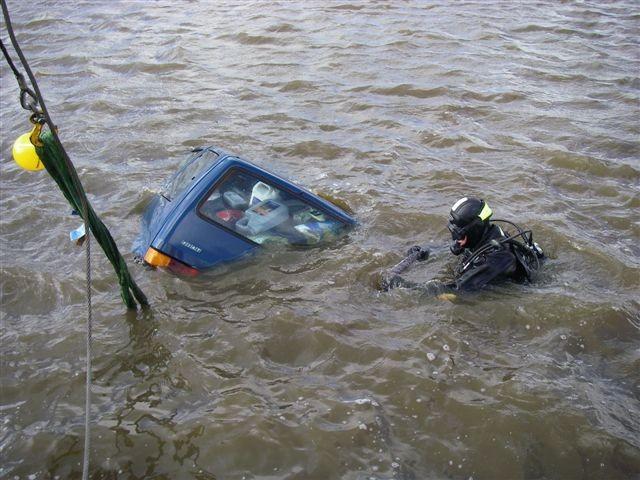 Theo Faber bergt voertuig uit het water