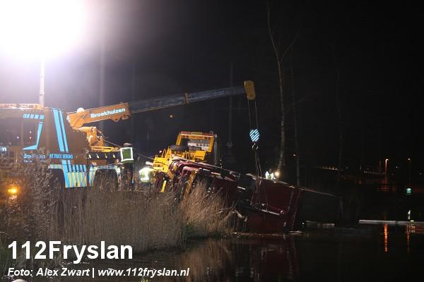 Bergen vrachtwagen Akkrum duurt gehele nacht. ( Video )
