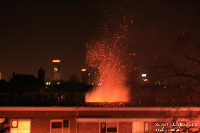 Vonkenregen uit dak bij woningbrand